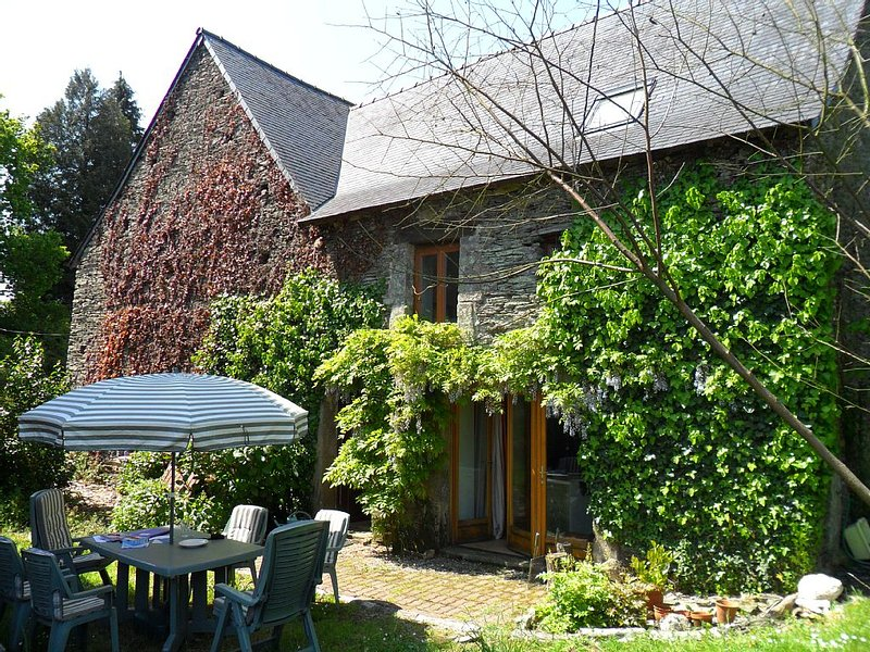 Near Josselin and Ploërmel, spacious, rural farmhouse, large, private gardens, location de vacances à Lanouée