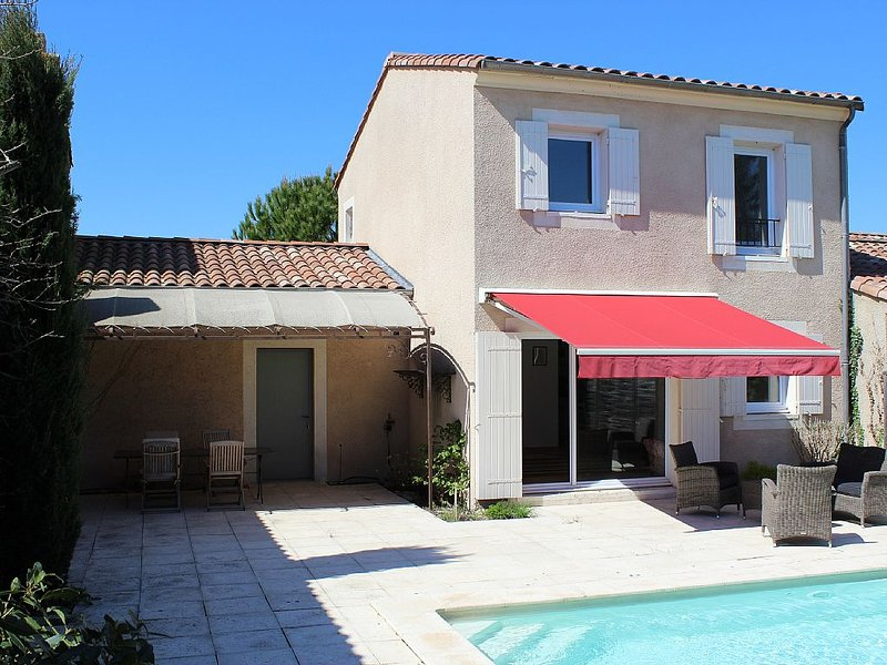 Well appointed modern house with heated pool  short walk to town centre., holiday rental in L'Isle-sur-la-Sorgue