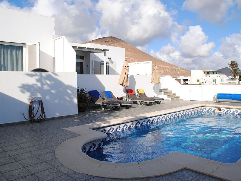 Private Casita in Asomada ,heated Pool, great views to Puerto del Carmen and sea, holiday rental in Conil