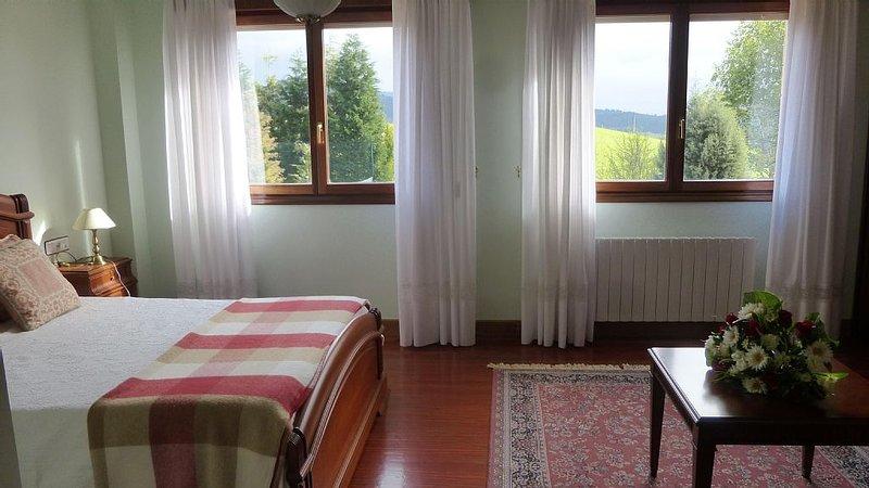 PRECIOSA CASA EN VALLE DE AYALA CON JARDIN Y PISTA DE TENIS, holiday rental in Murguia