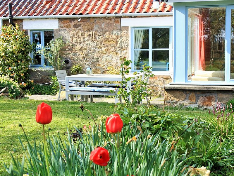 Chilled out country cottage with lovely decor, large garden & sea views by Crail, holiday rental in Crail