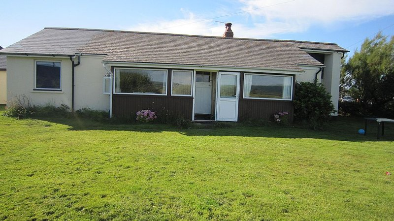 Spacious family bungalow only a stones throw from fabulous beach, holiday rental in Borth