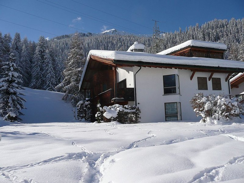 Spacious and comfortable alpine apartment in beautiful location, Ferienwohnung in Graubünden