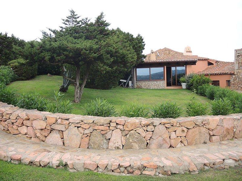 VILLA CON VISTA MARE, GIARDINO E PISCINA!, holiday rental in Porto Cervo