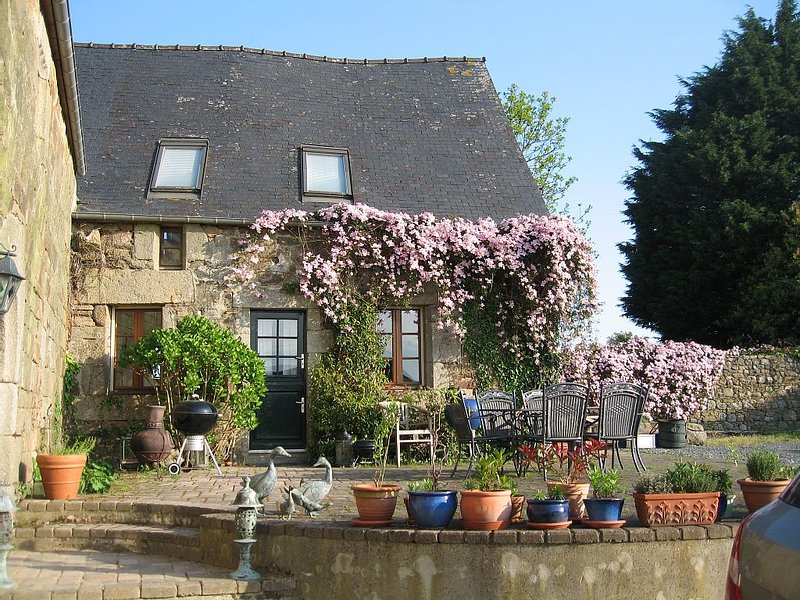 A Pretty Stone Cottage, Beautifully Renovated, Full of Charm and Character., location de vacances à Mael-Carhaix