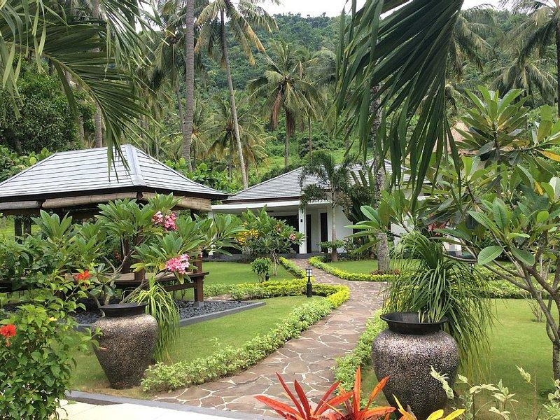 Moderne nieuwe bungalow op knus vakantieparkje + zwembad, holiday rental in Senggigi