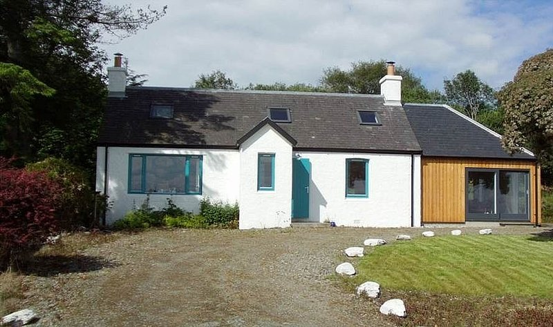 Scottish coastal cottage with outstanding uninterrupted panoramic sea views, vacation rental in Clachan