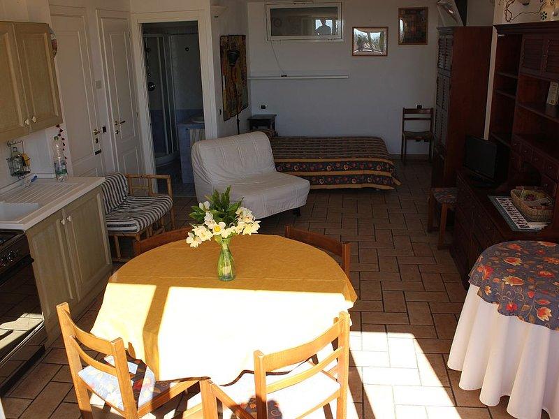 Monolocale in villa luminosa .300 metri a piedi o in bici dal mare, casa vacanza a Diano Marina