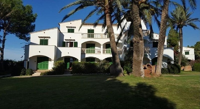APTO MAJORCA WHIT POOL 50 METER FROM THE SEA, holiday rental in Cala Santanyi