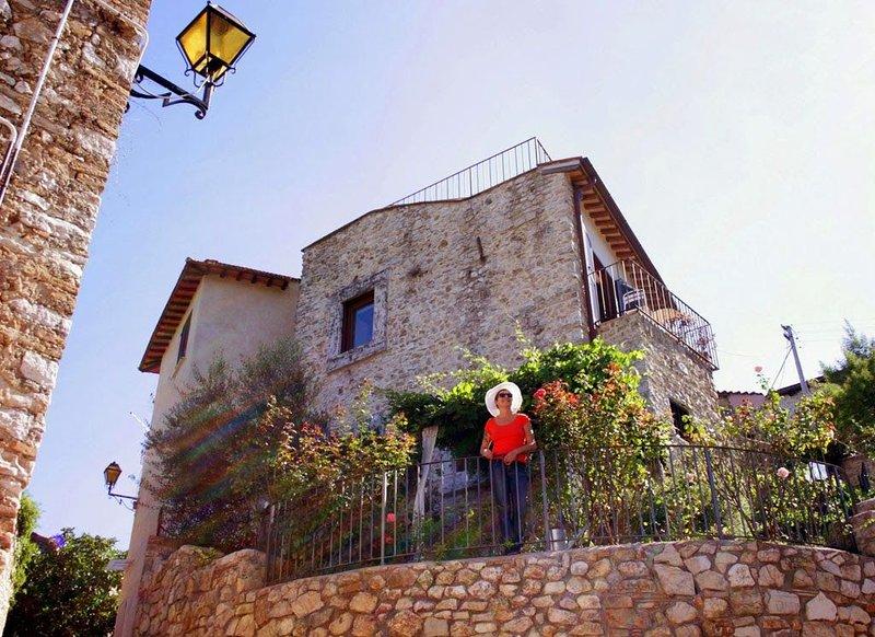 Palazzetto in pietra con giardino e terrazza centro storico vista splendida, alquiler vacacional en Castelnuovo di Farfa