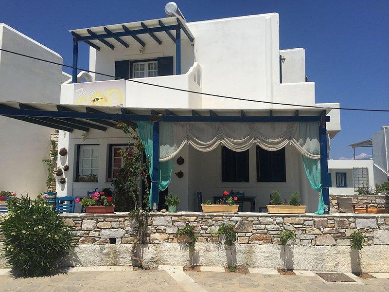 Free Sun Studio 5 persone 50 metri dalla spiaggia, vacation rental in Nea Chryssi Akti