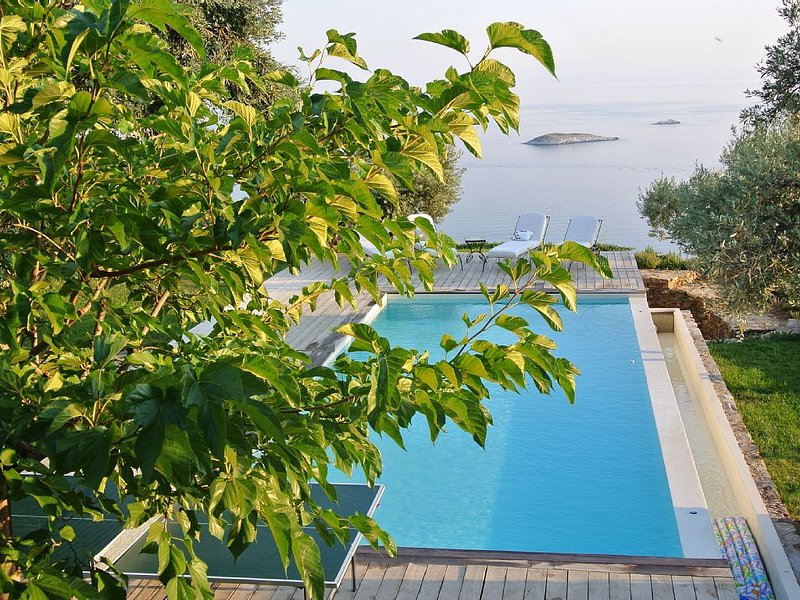 VILLA ELAIONAS-LUXURIOUS TWO BEDROOM HOUSE WITH PRIVATE POOL, casa vacanza a Loutraki
