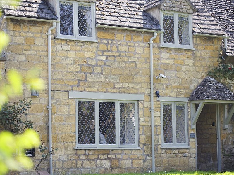 Cotswold stone cottage in the centre of Broadway village with parking, vakantiewoning in Willersey