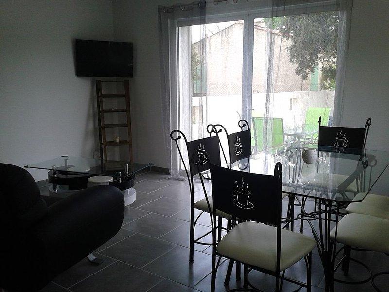 Maison dans hameau terrasse et jardinet 130m2 dans le Parc du Verdon, holiday rental in La Verdiere