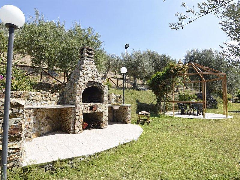 CHALET TRA GLI ULIVI: • wi-fi • giardino • bbq • veranda • panorama stupendo, holiday rental in San Salvatore di Fitalia
