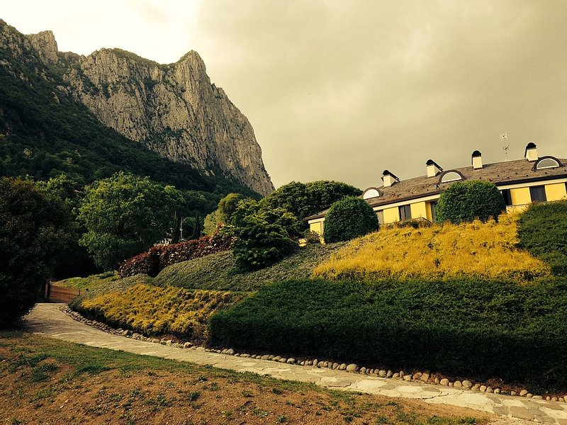 villa Bifamiliare  circondata dal verde, holiday rental in Malgrate
