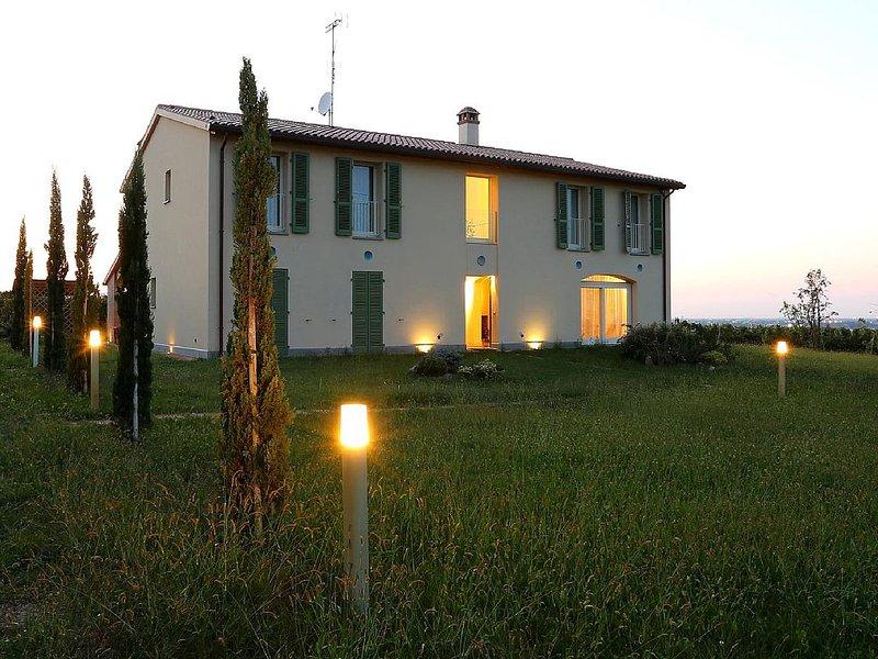 Residenza Ca' Lunga :villa con piscina tra le vigne, vacation rental in Lugo