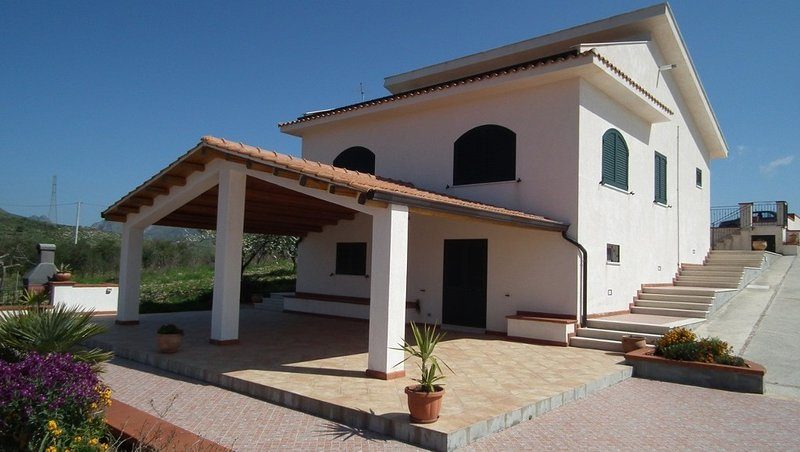 Mountain top villa with private pool and 360 degree views, Ferienwohnung in Ficuzza