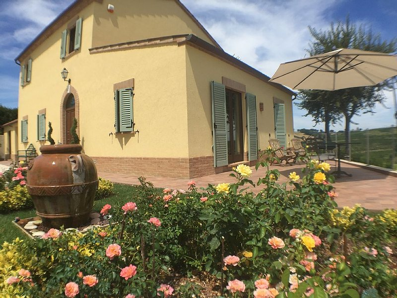 Perfect for couples, peaceful location, private terrace overlooking vineyards, alquiler vacacional en Morro d'Alba