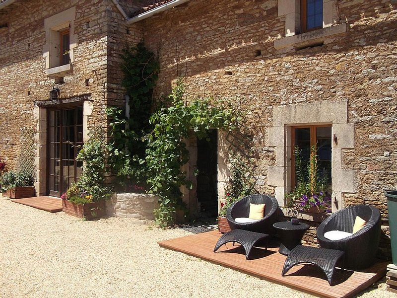 Cottage In Delightful Vendee Medieval Village with  heated swimming pool, location de vacances à La Caillère-Saint-Hilaire