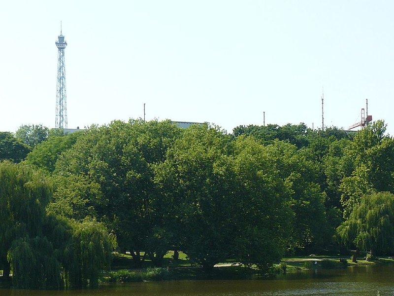 Berliner Wahrzeichen Funkturm in Sichtnähe