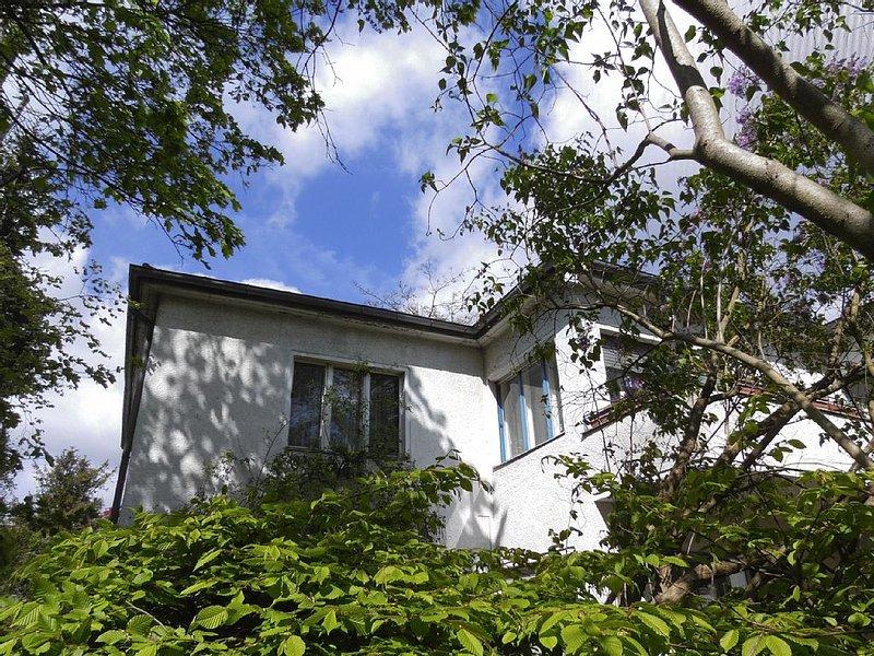Ah, Villa West in grüner Berliner  Innenstadt,  wartet zeitweise auf liebe Gäste, aluguéis de temporada em Hennigsdorf