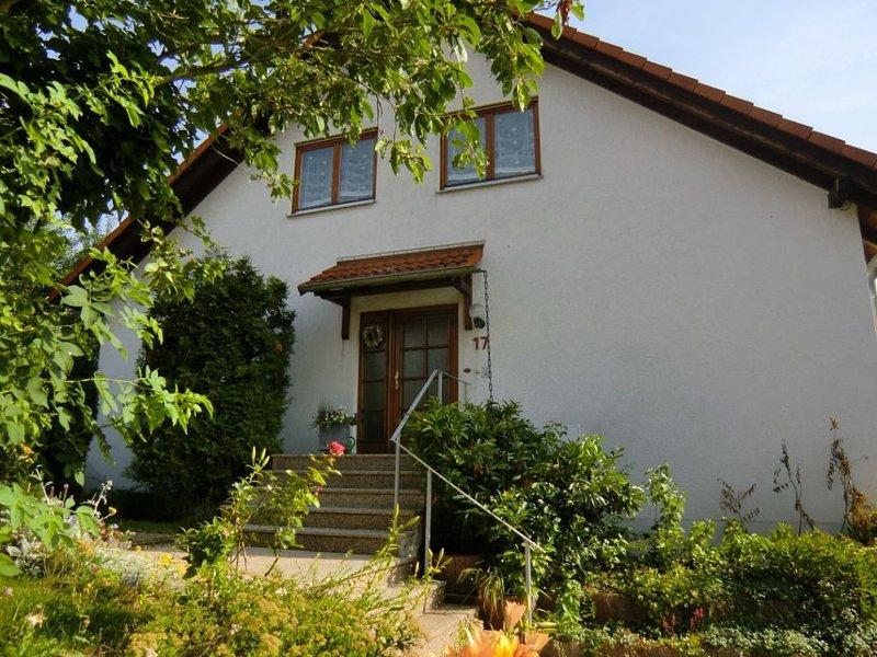 3-Zimmer Wohnung für 4 Pers. mit Balkon, WLAN, TGL Bad. 30 Min. nach Frankfurt, vacation rental in Ortenberg