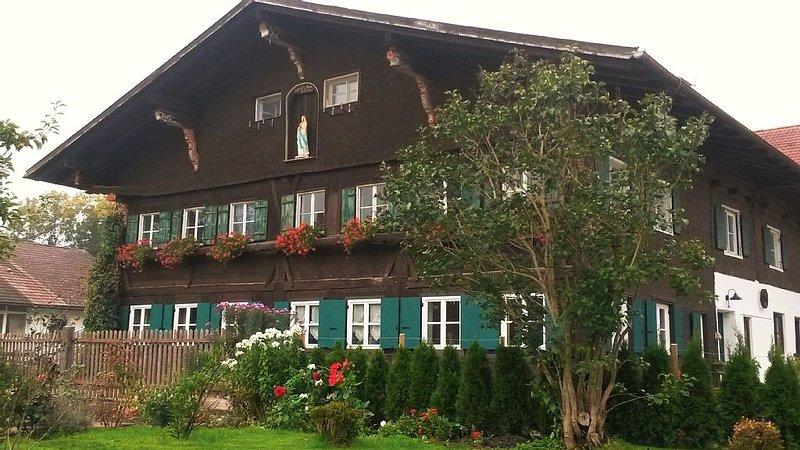 Liebevoll modernisierte, exclusive Ferienwohnung in historischem Bauernhaus, holiday rental in Seeg