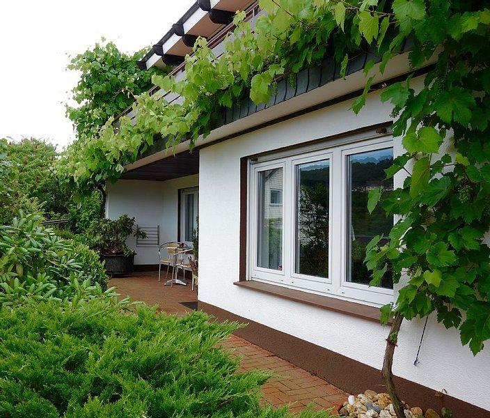Ruhige charmante Ferienwohnung mit Blick auf die Weinberge!, holiday rental in Puenderich