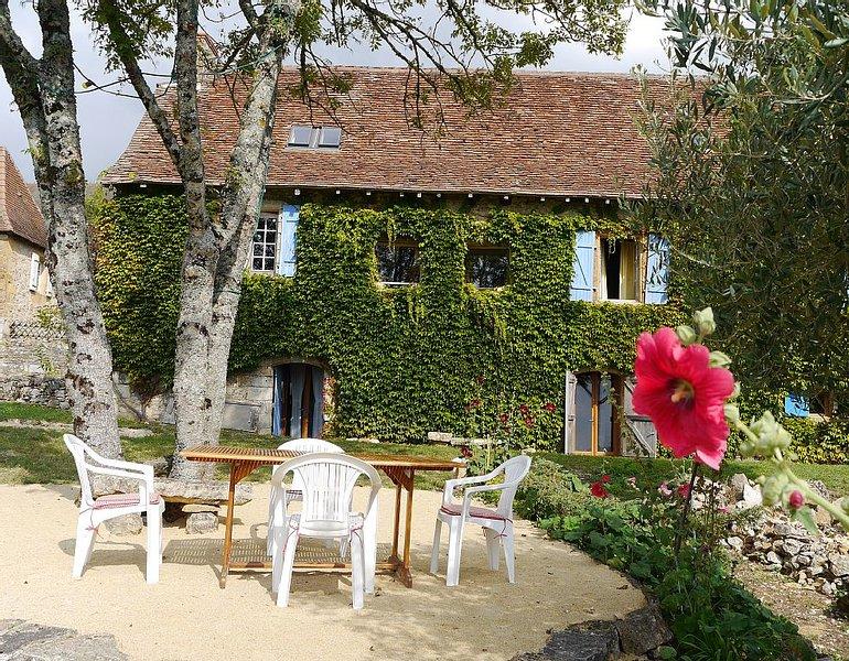 Landhaus 16. Jh, überraschende Räumlichkeiten, fantastische unverbaute Aussicht, holiday rental in La Bachellerie