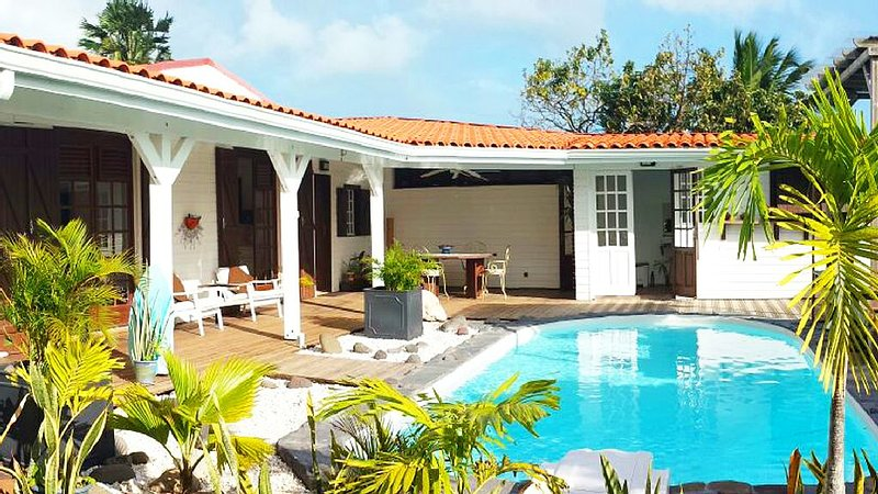 Large charming villa for 6 pers. Private pool, garden, sea and mountain views, location de vacances à Le Gosier