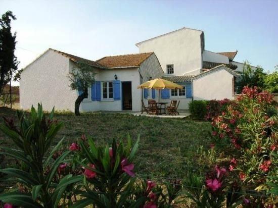 Petite maison, piscine partagée, proche Béziers et Canal du Midi, calme garanti, holiday rental in Beziers