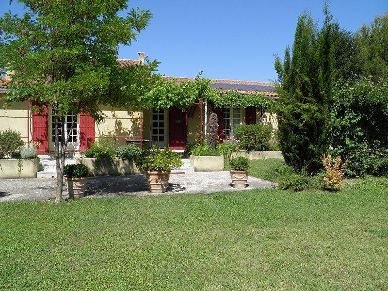 Jolie Villa Provençale aux pieds des Monts de Vaucluse, holiday rental in Velleron