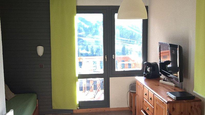 Belle plagne, pied des pistes, Studio divisible orienté S/O balcon, holiday rental in Belle Plagne