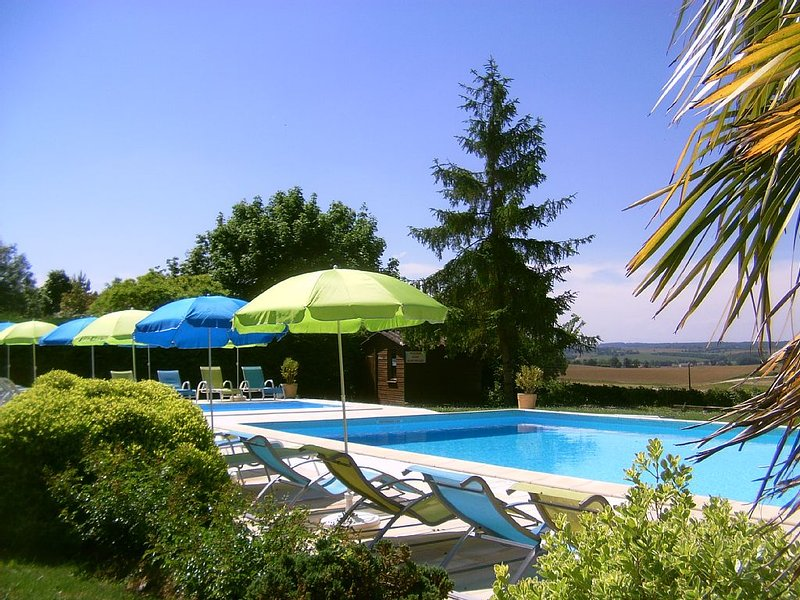 Gîte/Chalet/Roulotte dans village vacances familial,calme,piscine,Auch Gers, vacation rental in Aubiet