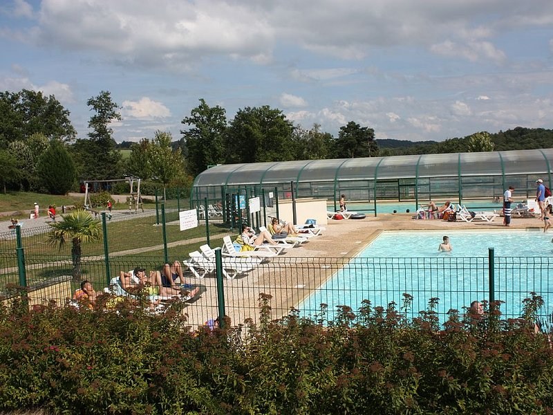 Chalet tout confort dans parc résidentiel de loisirs, 2 chambres, terrasse 16m², holiday rental in Le Pescher
