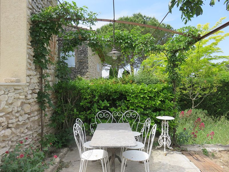 Between Gordes and Roussillon in the Luberon Hamlet 17th (near Joucas), holiday rental in Joucas