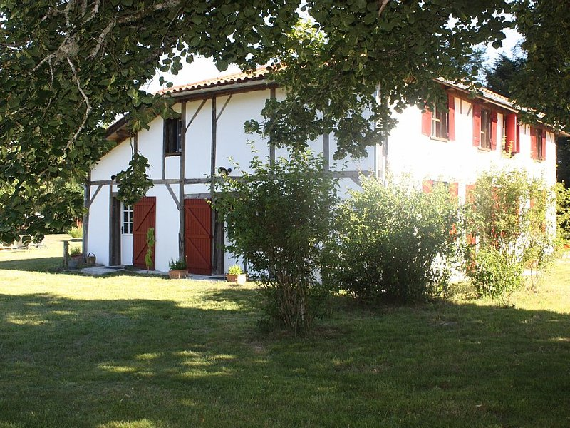 Farm of the 19th, completely renovated, very quiet, 10 people. Swimming pool., holiday rental in Commensacq