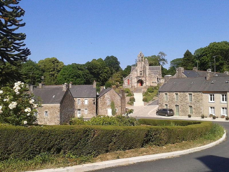 maison dans joli village de caractére  20 mn de la mer, proximité de la 4 voies, holiday rental in Bourbriac