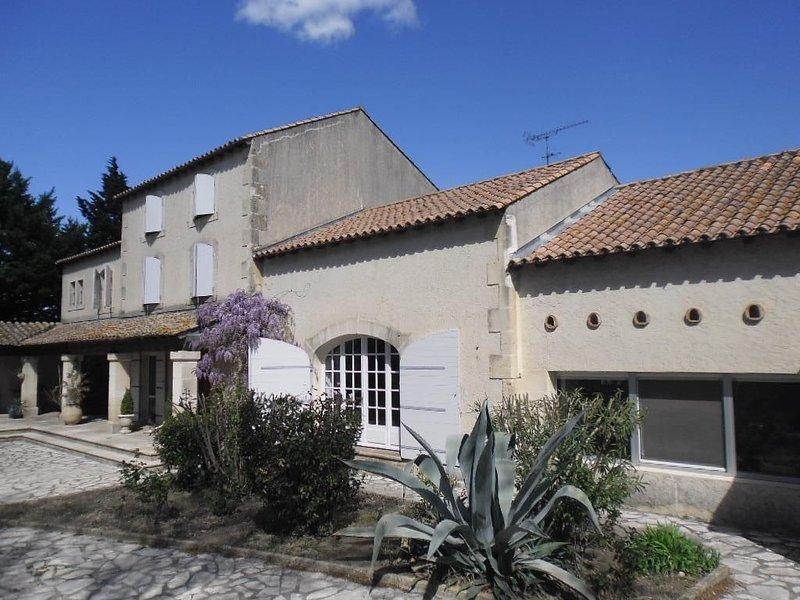 Gîte *** unique en campagne proche d'Arles , piscine privative sans vis à vis, vacation rental in Arles