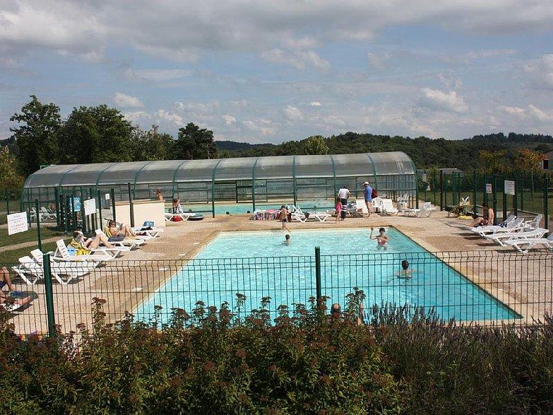 Cottage dans résidence de loisirs, tout confort, grande terrasse, piscine, holiday rental in Le Pescher