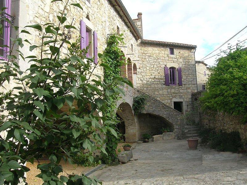 Grand gîte de charme et de caractère en sud Ardèche, aluguéis de temporada em Berrias et Castejau