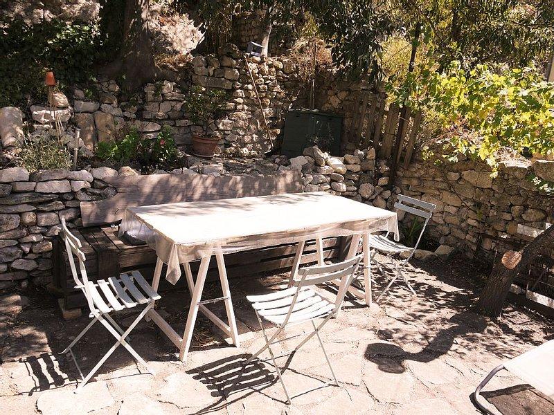 Logement entier, 5 lits, terrasse ombragée, holiday rental in Fontaine de Vaucluse