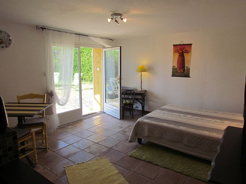 Studio with terrace and garden Ground floor of Vi, holiday rental in Le Thoronet