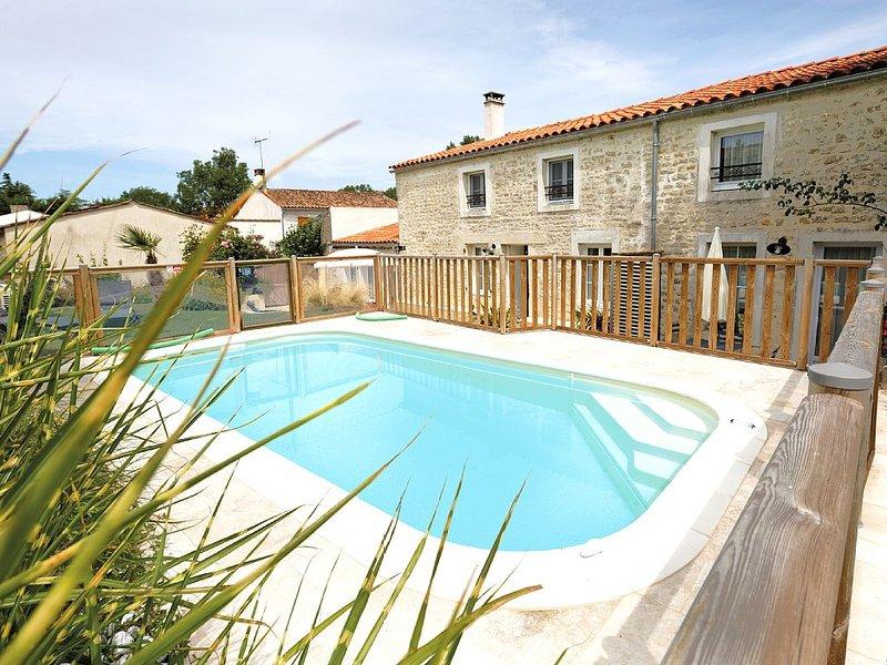 Un superbe gite avec piscine pour 2 personnes, holiday rental in Le Champ-Saint-Pere