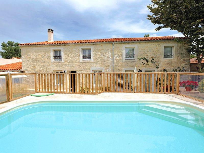 Magnifique location avec piscine chauffée pour 4 à 6 personnes, holiday rental in Le Champ-Saint-Pere
