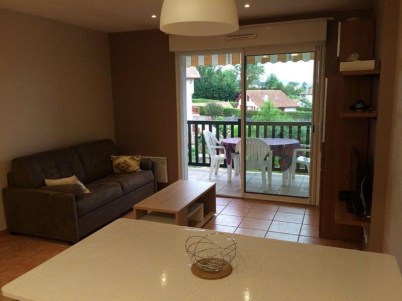 Hendaye, appartement T2dans résidence calme avec piscine 5 minutes des plage, holiday rental in Hendaye