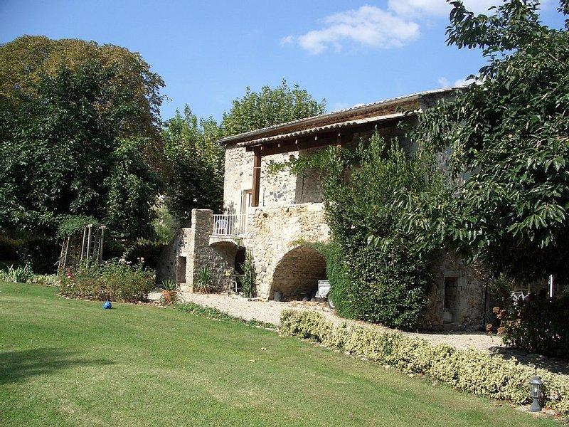 Gîte de 12 personnes en Ardèche méridionale, holiday rental in Mercuer