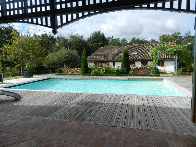 Maison landaise,milieu bois,piscine,tennis,lecture,musique,détente, holiday rental in Callen
