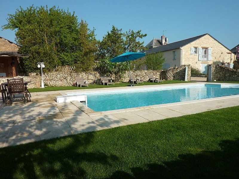 The Walls of Trézé, charming bed and breakfast in Anjou, holiday rental in Les Trois-Moutiers